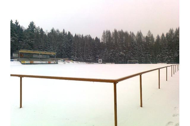 Eine dicke Schneedecke bedeckt den Platz!
